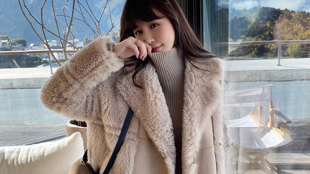 章若楠秋冬造型真美,穿羊羔毛外套配牛仔裤简约时髦,休闲又大气