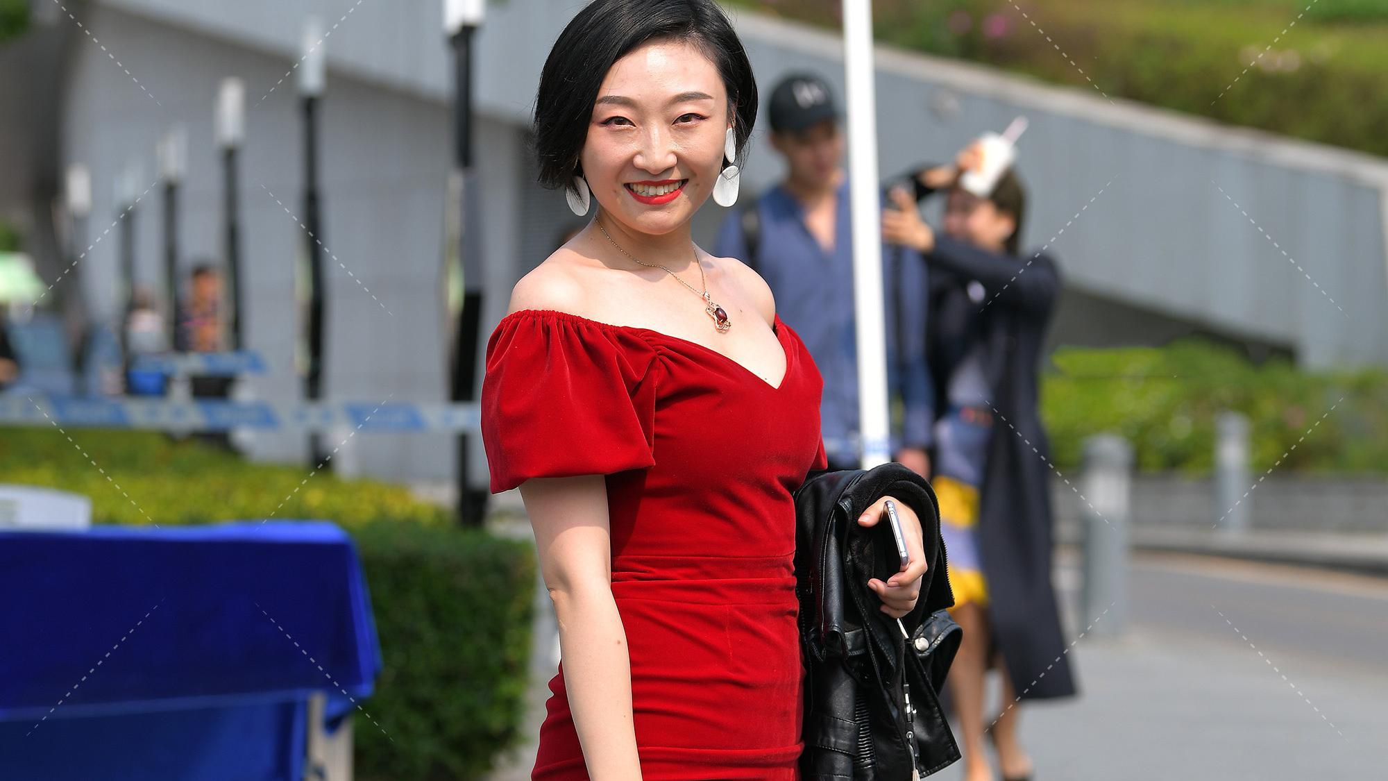 """黑色高跟鞋长了很多""""尖刺"""",白皮肤搭配红色连衣裙更加""""优雅高级"""""""