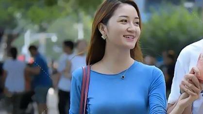 蓝色长袖衫配紧身牛仔裤,显苗条身材,知性优雅