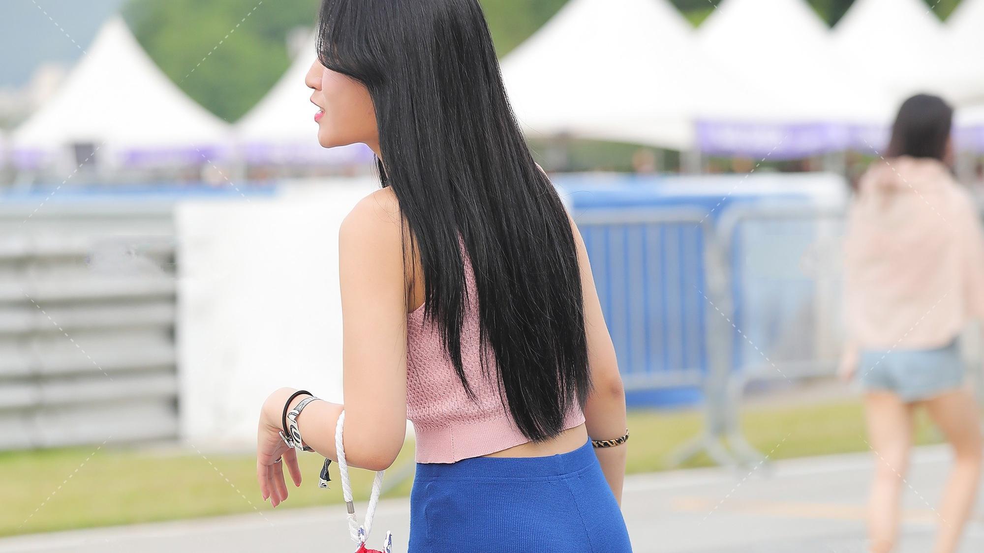粉色和蓝色搭配,青春靓丽,展现时髦气息