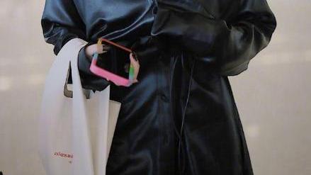 赵小棠真另类,穿冰丝睡衣出门,还用手机线当腰带,鞋子更抢眼