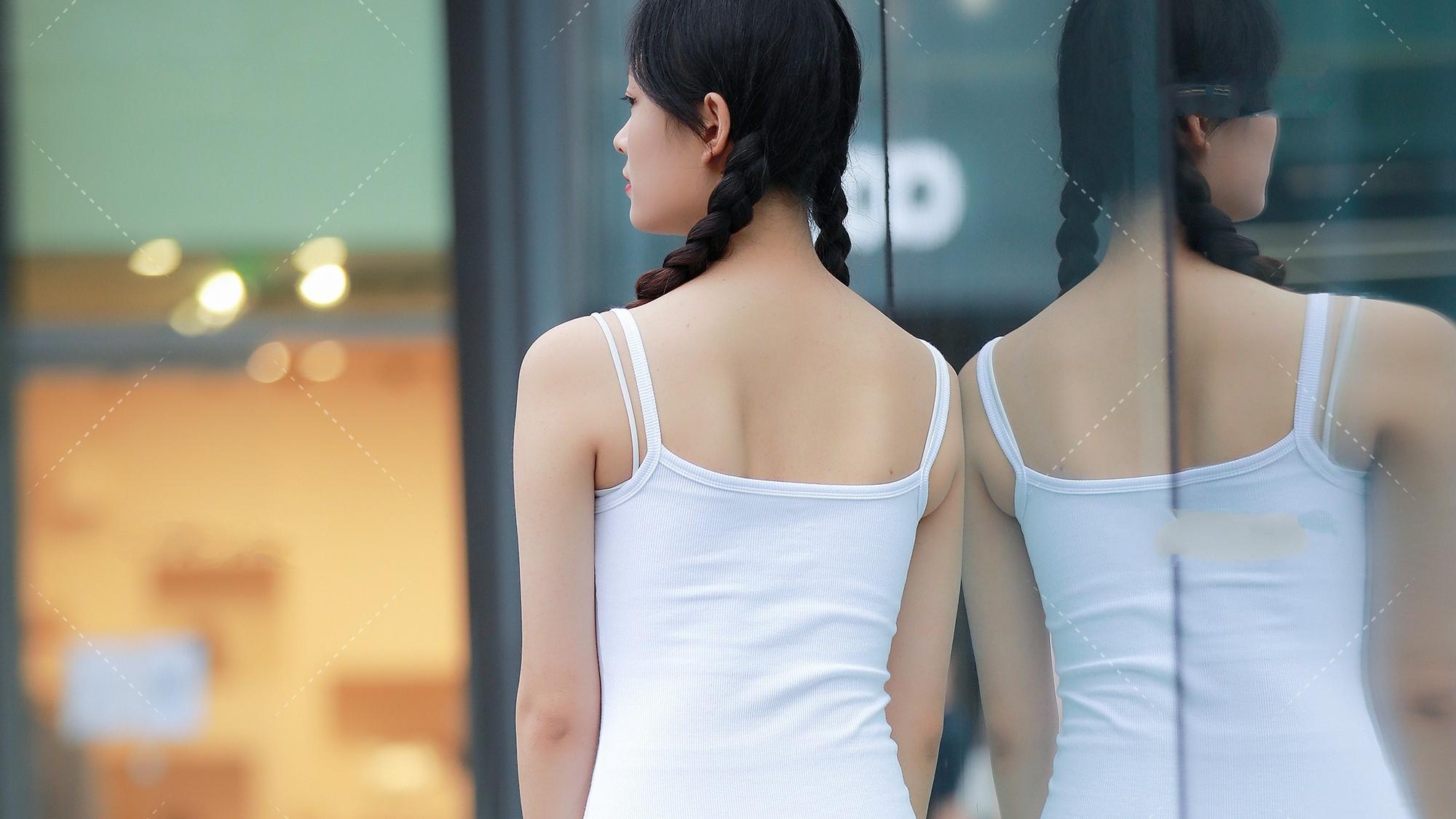 白色运动背心连衣裙,清纯与魅力共存,活力满满