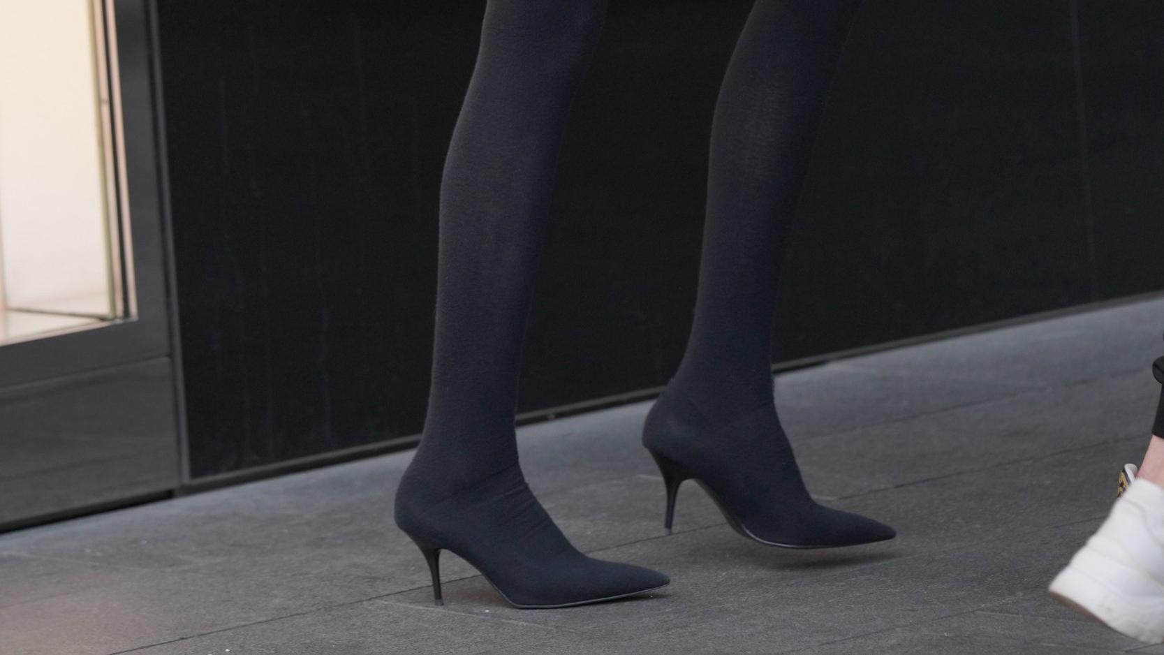 冬天如何穿出长腿效果?短裤搭配袜子靴,保暖显腿长还很时髦