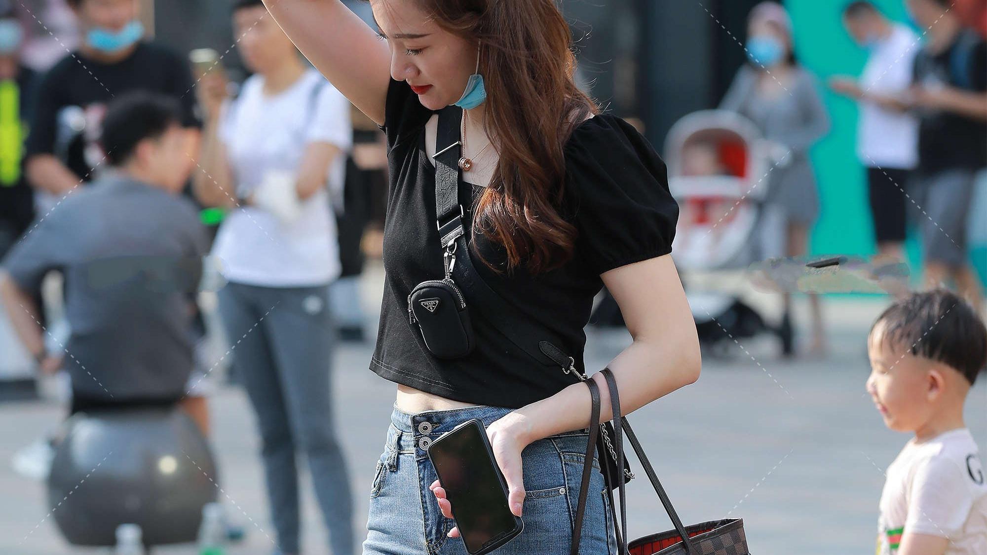 黑色短袖搭配紧身牛仔裤,休闲有气质,满满青春活力