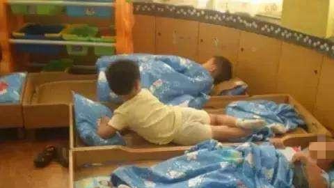 """幼儿园午休""""男女混睡"""",监控拍下男孩的动作,家长们坐不住了"""