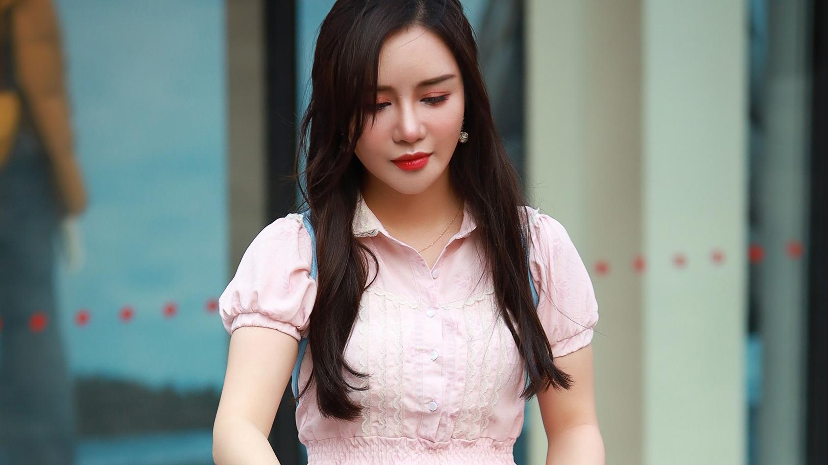 粉色连衣裙减龄效果好,搭配白色长筒袜,清爽干净还凸显青春气息