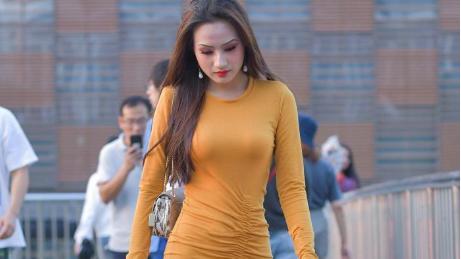 橘色紧身连衣裙,塑形还减龄