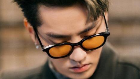 """有种""""回归韩风""""叫吴亦凡,金色短发配长款耳环,还是当年的欧巴"""