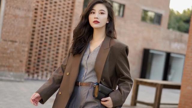 30岁女人职场轻熟风穿搭示范,干练不失优雅气质,照着穿就对了