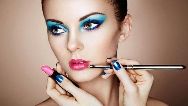"""珀莱雅有款""""亲民""""粉底液,质地轻薄,保湿持久妆效自然还养肤"""
