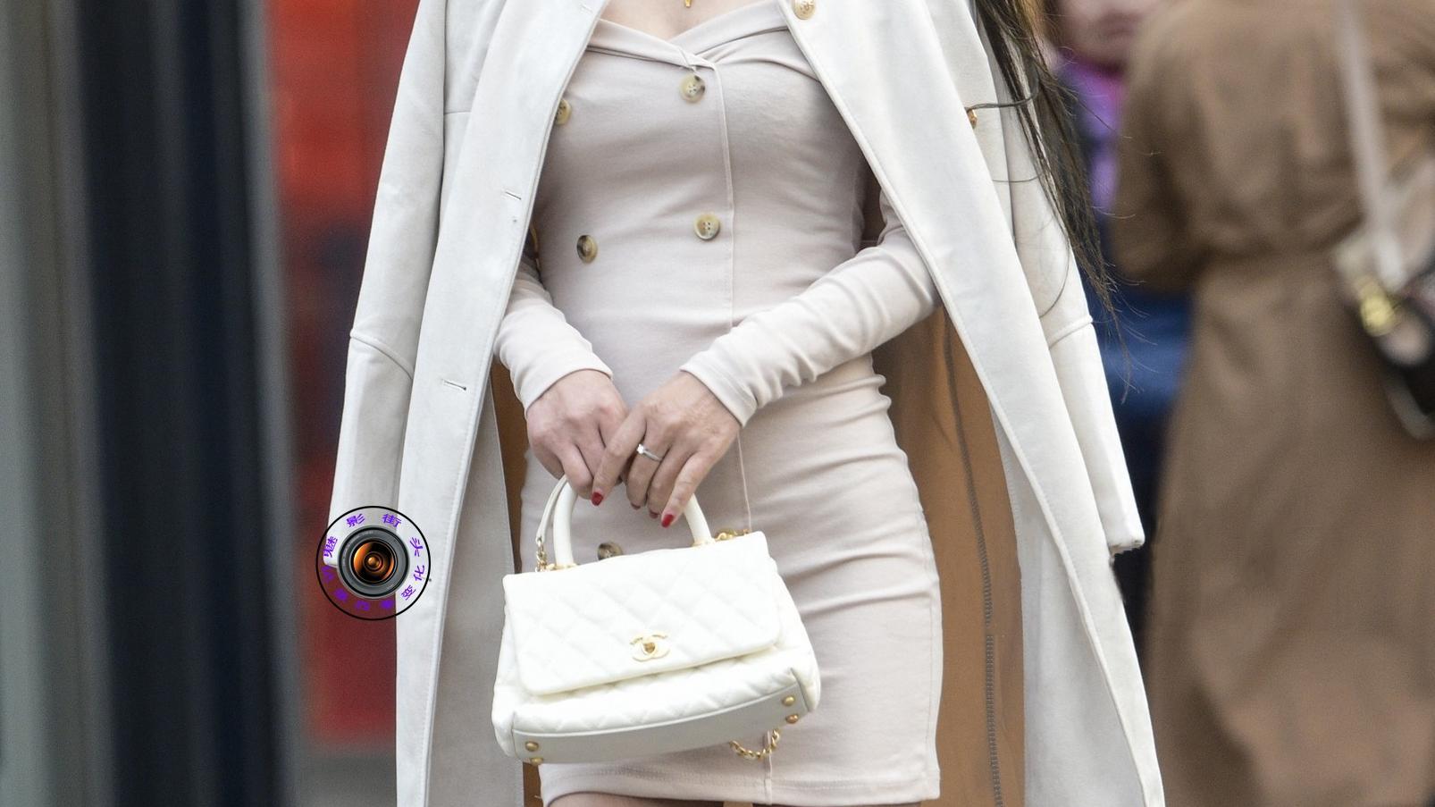 深秋时节,美女穿连衣裙展现优雅气质,披着呢子大衣更显时髦大气