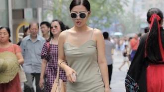 微胖美女轻松穿搭浅绿色吊带裙走夏日风,红色指甲油格外吸引眼球