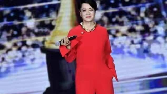 57岁毛阿敏真敢穿,大红连体裤配大金链子,不仅不俗还很高级
