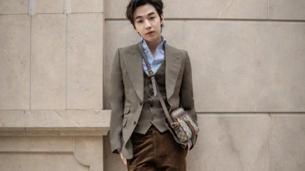 刘宪华时尚感太强,普通人难以驾驭的深木色绒裤,他却穿出时髦感