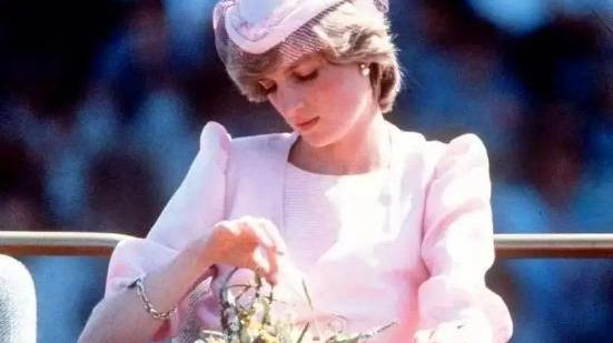 """卡米拉终于美一回!穿""""仙女裙""""优雅姿态似戴妃,却不敢拿掉丝巾"""