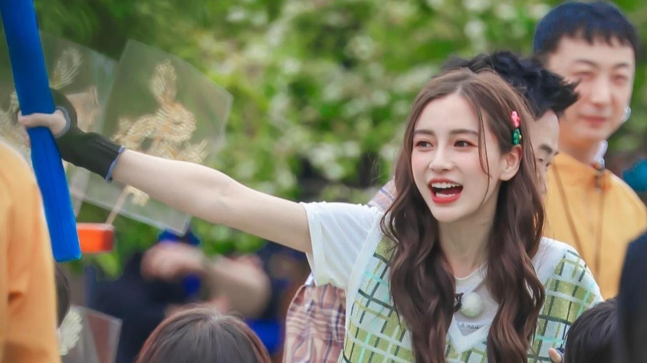 杨颖录《跑男》,穿马甲配粉色包扮纯情少女,粉嫩甜美活像高中生