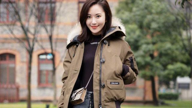 大龄女性应该学许晴这样穿,一身牛仔服饰复古潮流,活力似少女