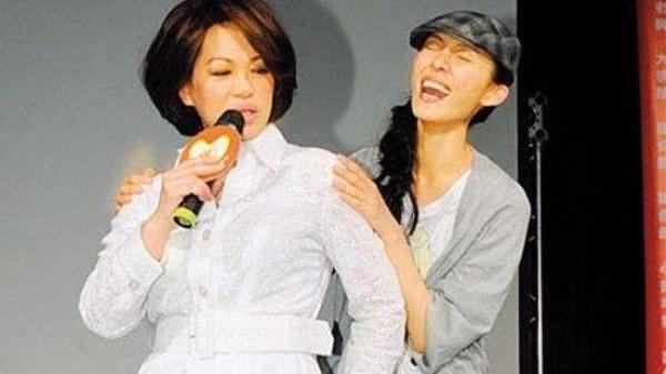 歌手蔡琴62岁还减肥?穿连衣裙很优雅,一头红卷发很时髦!