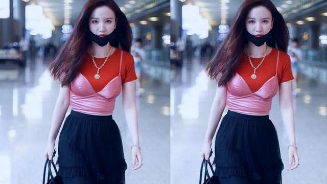 张萌走机场穿搭实在辣眼睛!粉色塑身衣大胆外穿,腰部赘肉成亮点