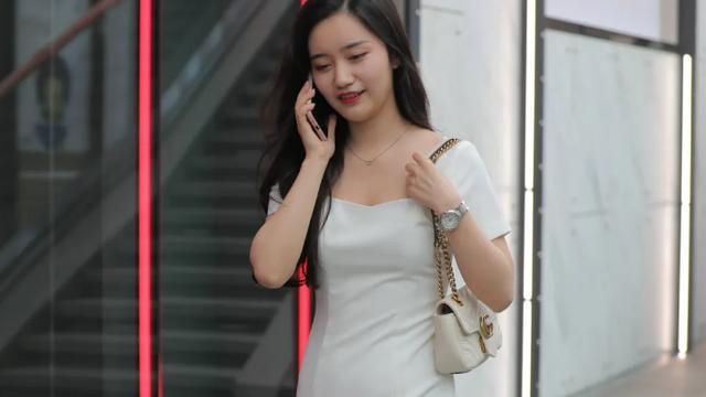 白色方领连衣裙,搭配红色尖头高跟鞋,穿出漂亮女生特有的气质