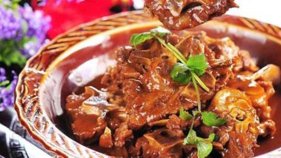 重庆火锅接受度会比较高一点,因为食材丰盛,锅底丰盛