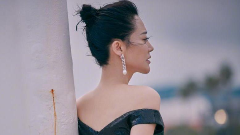 """51岁""""艳星""""丰盈饱满,""""鱼网裙""""太性感,好身材不住岁月的痕迹"""