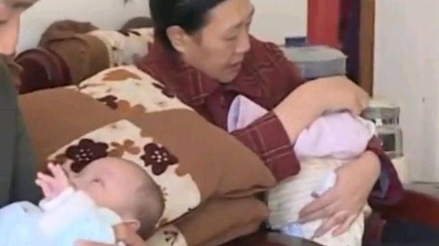 女子自然怀孕生四胞胎,两个月后家人崩溃:1天2罐奶粉30个尿不湿