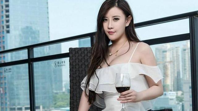 白色吊带连衣裙搭配卡其色高跟鞋,高傲冷艳,公主范十足