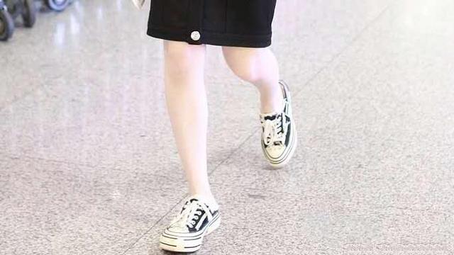 毛晓彤皮肤真是好,无袖款小黑裙配帆布鞋,整个人白到发光