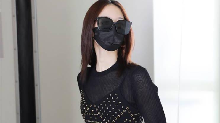 孟美岐的时尚穿搭功底一流,黑色铆钉裙搭配水钻靴,真的是霸气十足