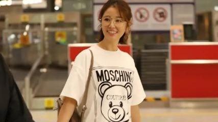 林心如素颜状态曝光,穿白T恤很简约,脸部紧致在同龄人中算年轻