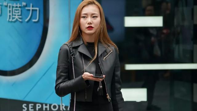 黑色时尚连衣裙,搭配同色高腰皮夹克,穿出魅力十足的女生