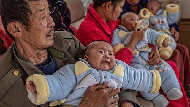 农村夫妻用试管喜得3胞胎,因买不起奶粉尿不湿,哭着说:真后悔