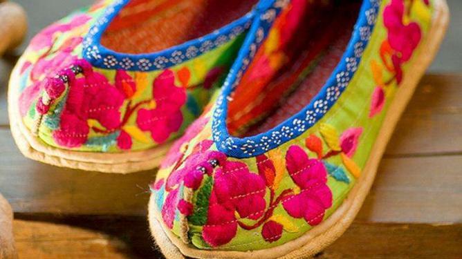 最爱的,还是妈妈纳的千层底的棉鞋,还有那朵鞋上的小花