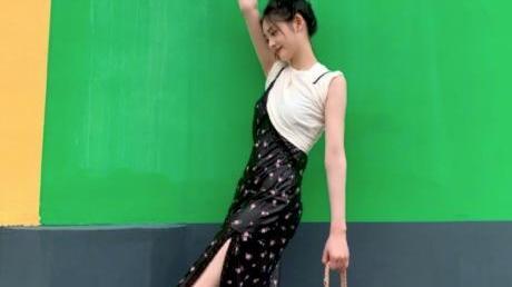 周洁琼越来越美了,露肩上衣+黑色长裤,高级满分