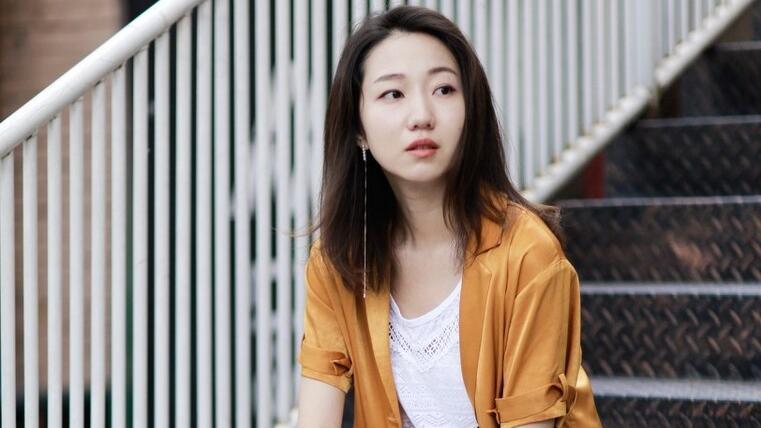 初秋温柔系穿搭,卡其色长裙+白色短筒高跟鞋,秒变韩剧女主角