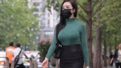 深绿色纯棉T恤搭配黑色包臀裙,展现独特美感,释放女性气质