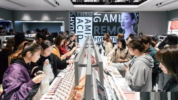 """中国彩妆界""""国货之光"""",力压兰蔻、雅诗兰黛,9个月吸金超32亿"""