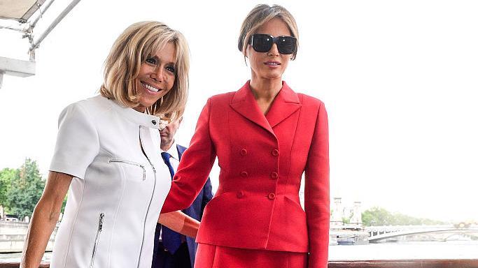 67岁布丽吉特真自信,穿白裙PK梅拉尼娅红裙套装,差距太明显