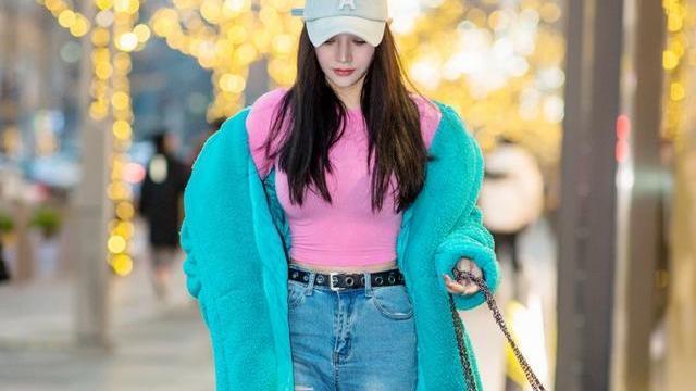 长款羊绒风衣搭配破洞牛仔裤,高贵冷艳,从容优雅