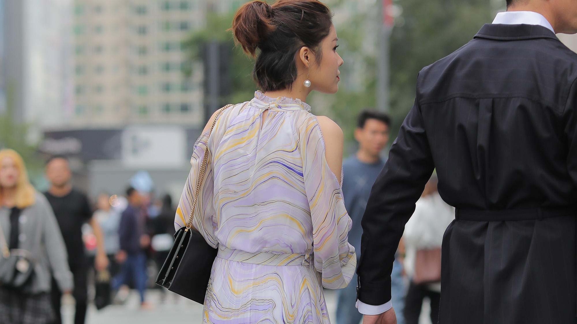 雪纺连衣裙穿上很有气质,尤其是无肩的款式,高级十足