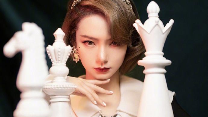 戚薇复古造型来袭,茶色短发搭配黑白裙装,女王的棋局高调开启