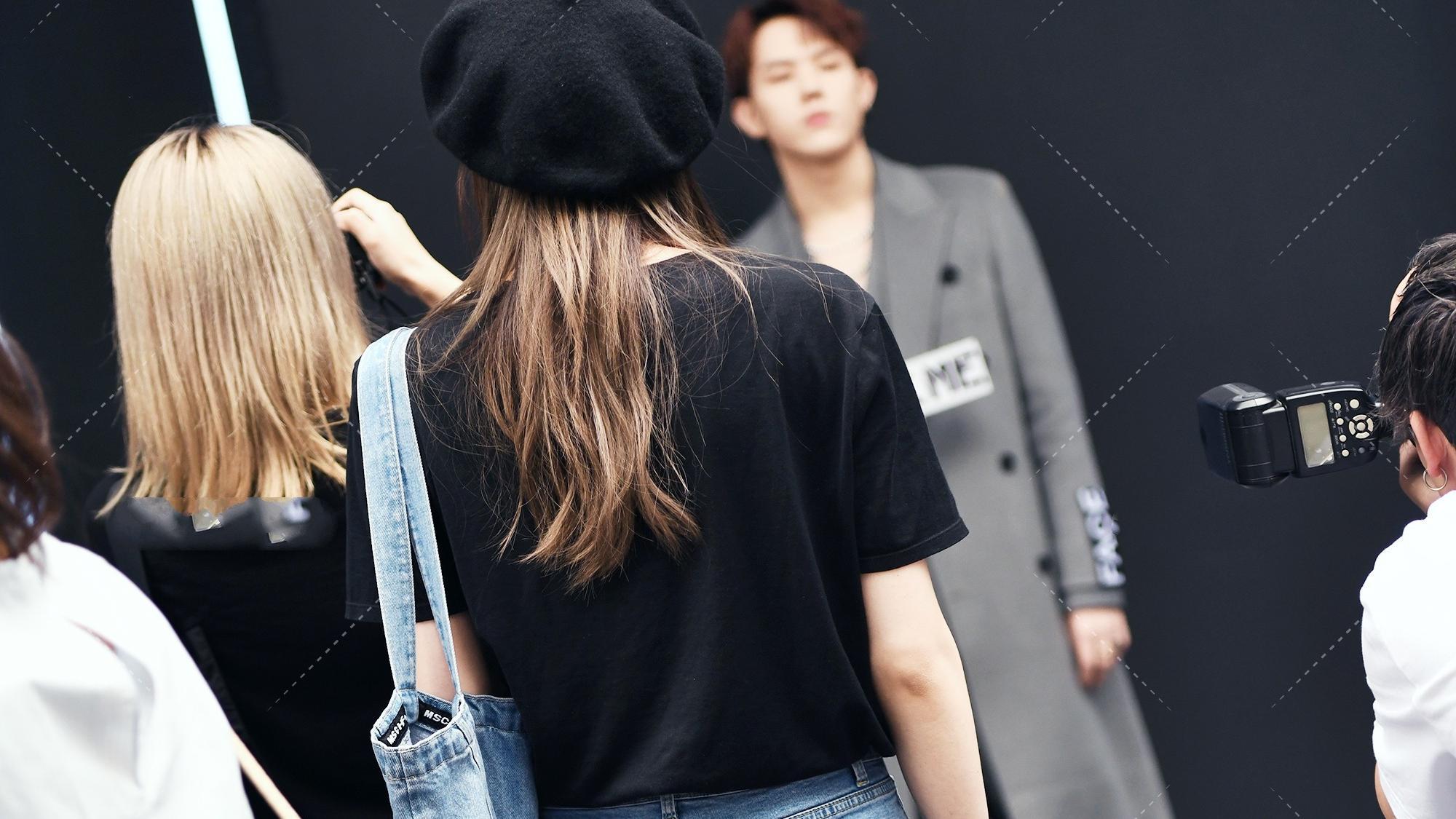 黑色短袖搭配蓝色长裤,可以穿出一种既休闲,又酷的感觉
