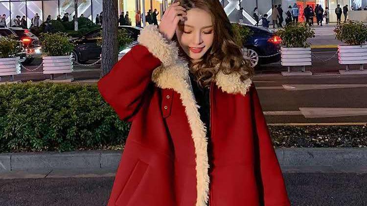 毛领大衣会显得虎背熊腰?这件红色毛领大衣,适合过年穿着