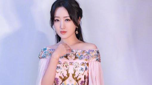 """真服了49岁杨钰莹,大妈年纪穿漫画裙,秀出""""天鹅颈""""让00后羡慕"""