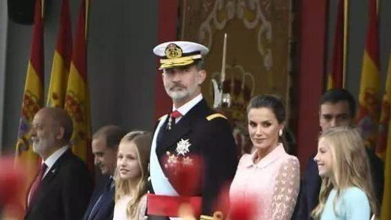 西班牙王后穿粉色纱裙和女儿同框似姐妹,自律的女人让人钦佩