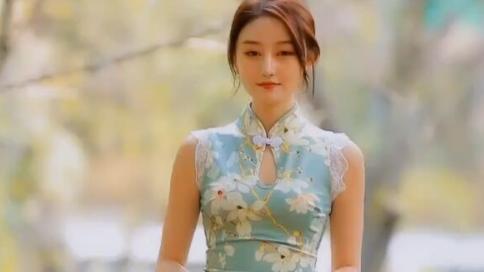 花色改良旗袍搭配白色手包,类似臀裙的感觉,更显优雅气息