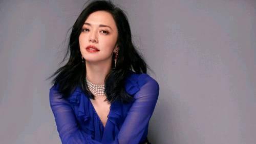 41岁姚晨气质真好,蓝色长裙配皮裤优雅率性,尽显女王气场