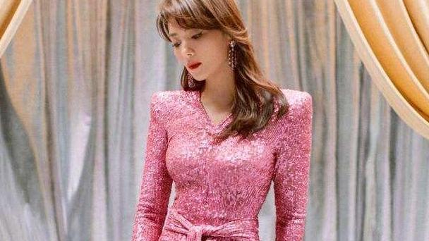 刘涛身材原来这么好,奔五的年纪穿紧身裙,沙漏曲线不输年轻小花