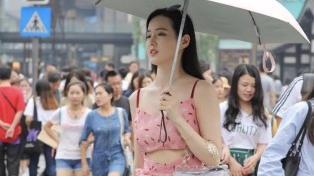 轻盈雅致的吊带连衣裙,清爽透气又显瘦,轻松穿出夏日时尚气质